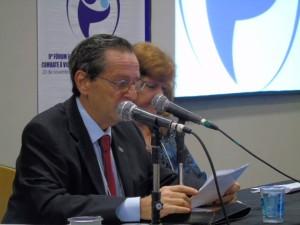 Dr. Mário R. Hirschheimer profere as palavras de abertura do evento.
