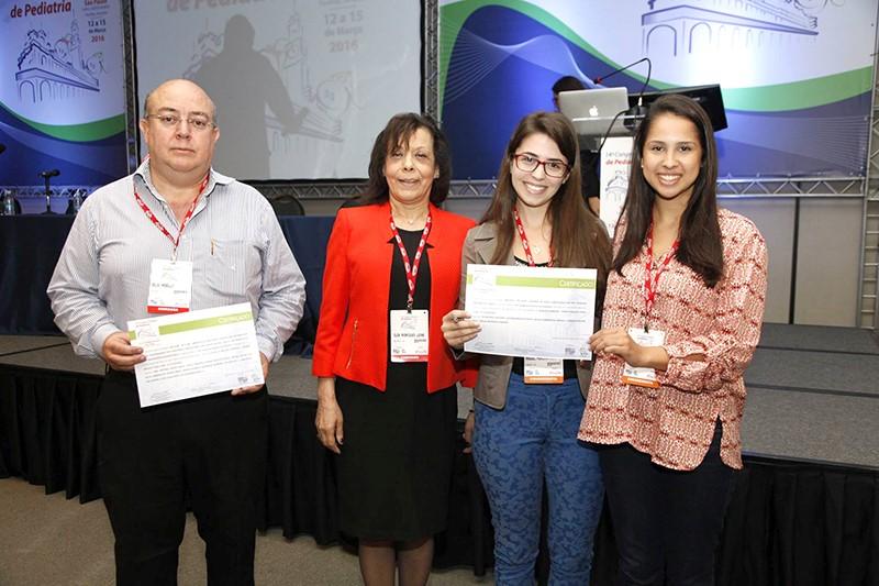 Cléa Rodrigues Leone, presidente da Comissão de Temas Livres, entrega os prêmios aos melhores trabalhos do Congresso.