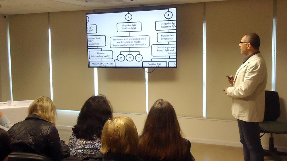 Marcelo Otsuka em sua aula sobre toxoplasmose e CMV.