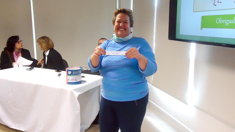 Lilian dos Santos Rodrigues Sadeck com o nome sorteado que ganhou um e-book da Série Atualizações Pediátricas da SPSP.