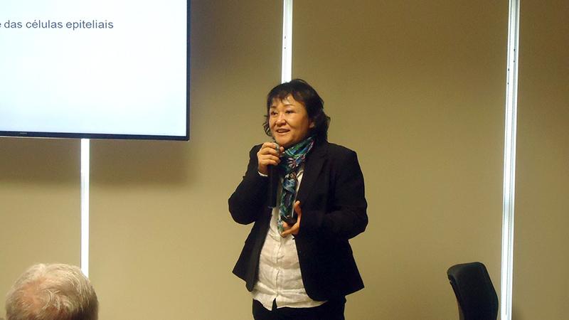 Sonia Mayumi Chiba em sua aula sobre pneumonias atípicas.