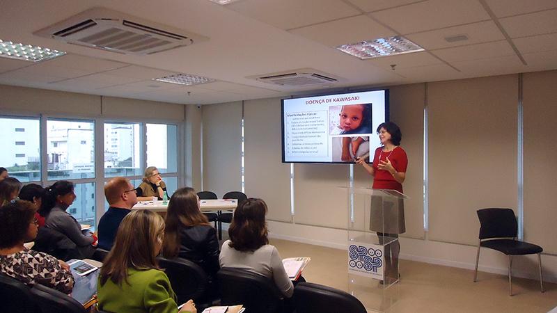Silvana Brasilia Sacchetti fala aos presentes sobre a Doença de Kawasaki
