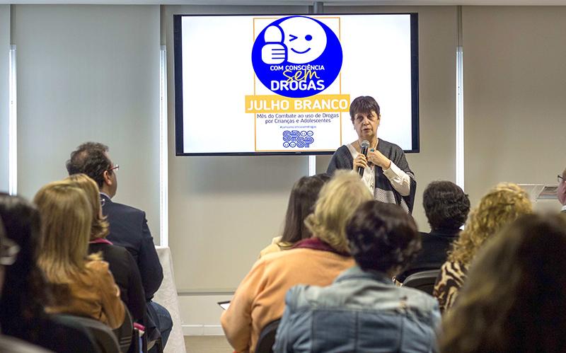 A jornalista Izilda Alves conversa com os pediatras presentes