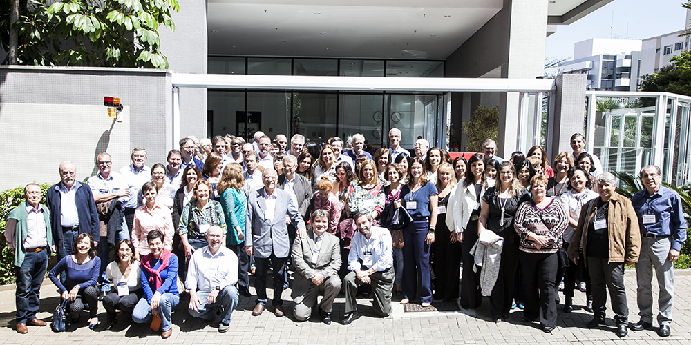 Os membros da diretoria presentes no Planejamento Estratégico na entrada do edifício da sede da SPSP.