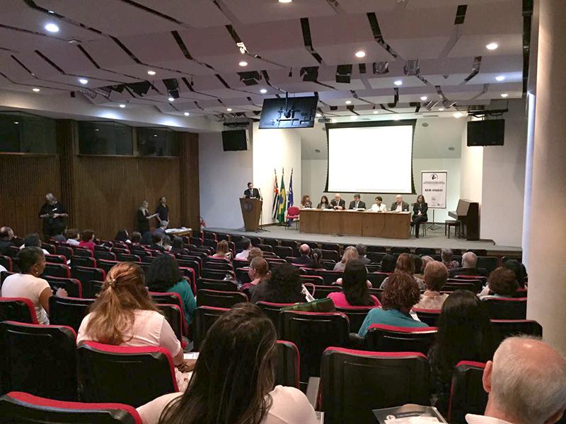 Público assiste à uma das palestras do Fórum.